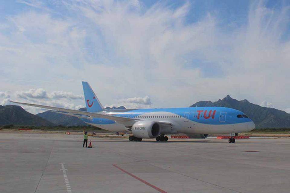 Aeropuerto internacional se vistió de gala con llegada del primer vuelo directo de Europa: Francisco Villaseñor