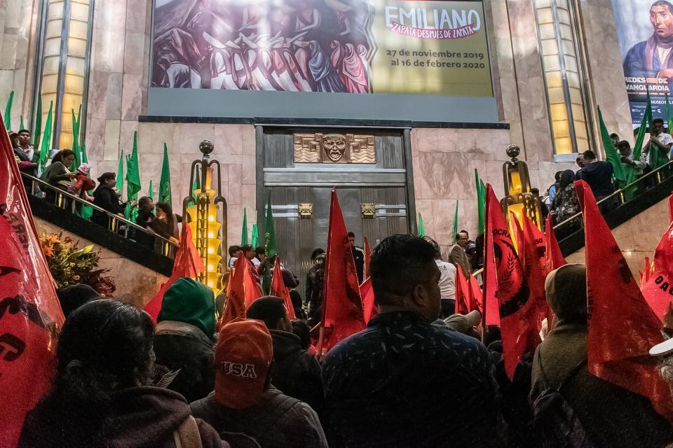 Polémico cuadro de Zapata provoca protesta de campesinos en Bellas Artes