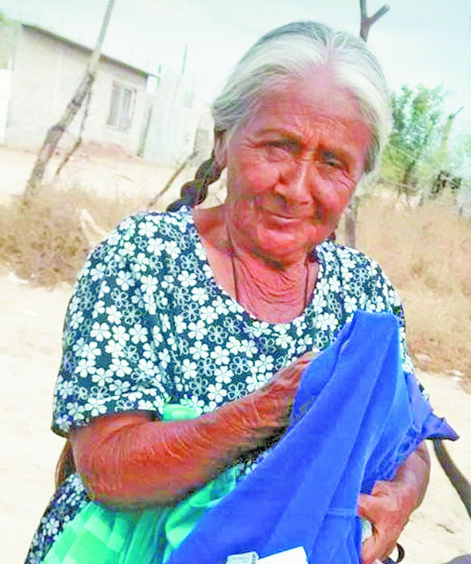 Doña Maty elabora piñatas  en esta temporada, actividad  que la hace sentirse útil