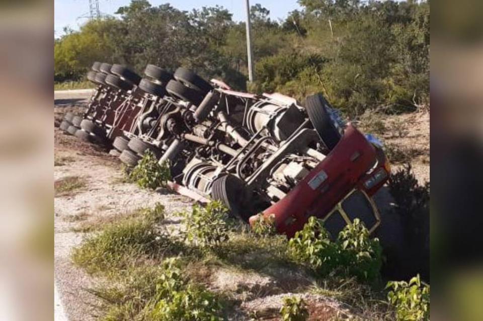 Vuelca camión de carga en Las Cuevas, el chofer resultó ileso