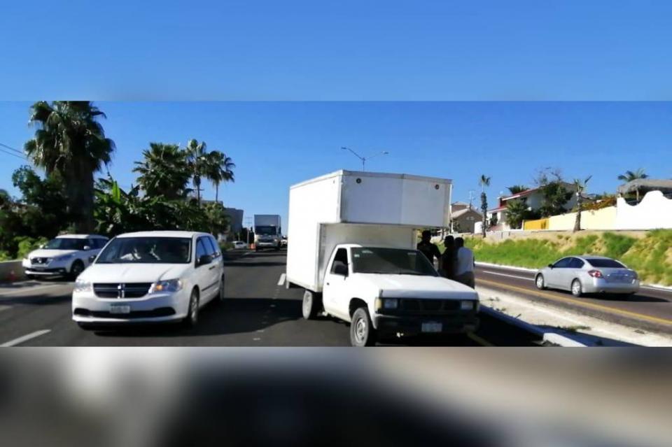 Se le sale una llanta a camioneta en plena Transpeninsular y provoca carambola de 5 autos