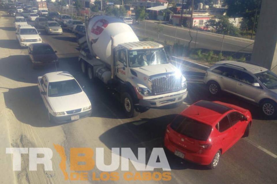 Chocan vehículo y camión revolvedor de cemento en SJC