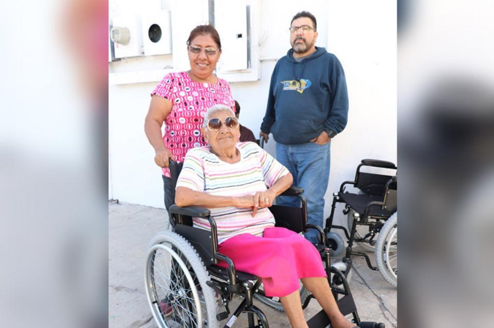 Salud entrega sillas de ruedas a personas con discapacidad