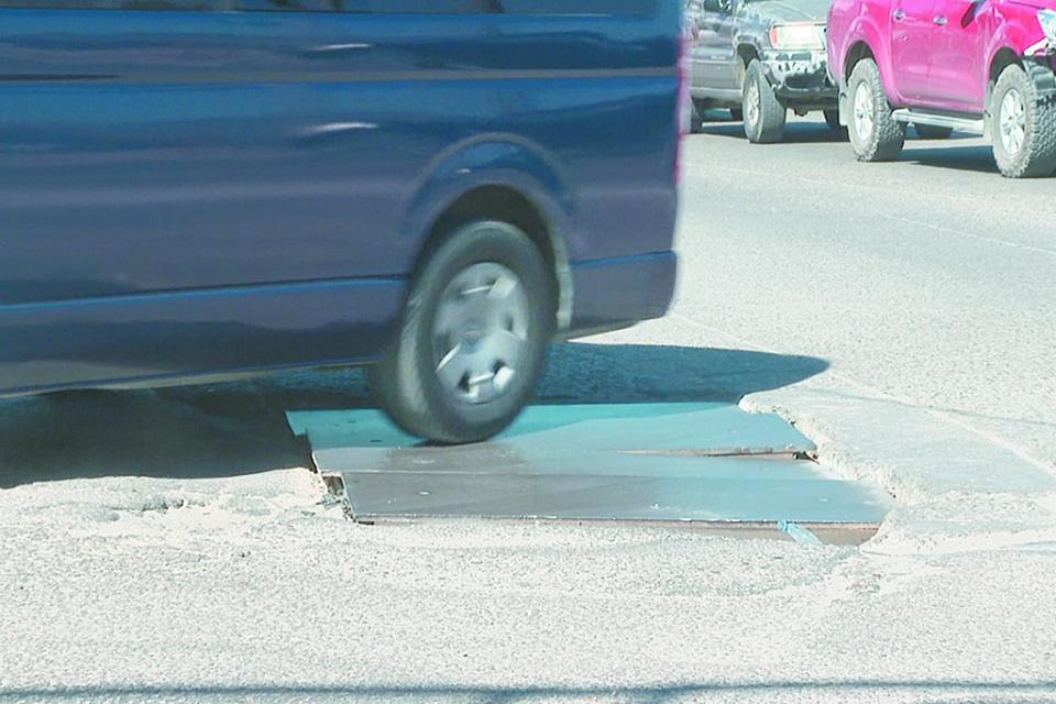 Denuncian tapa de registro en malas  condiciones en calles de Cabo San Lucas
