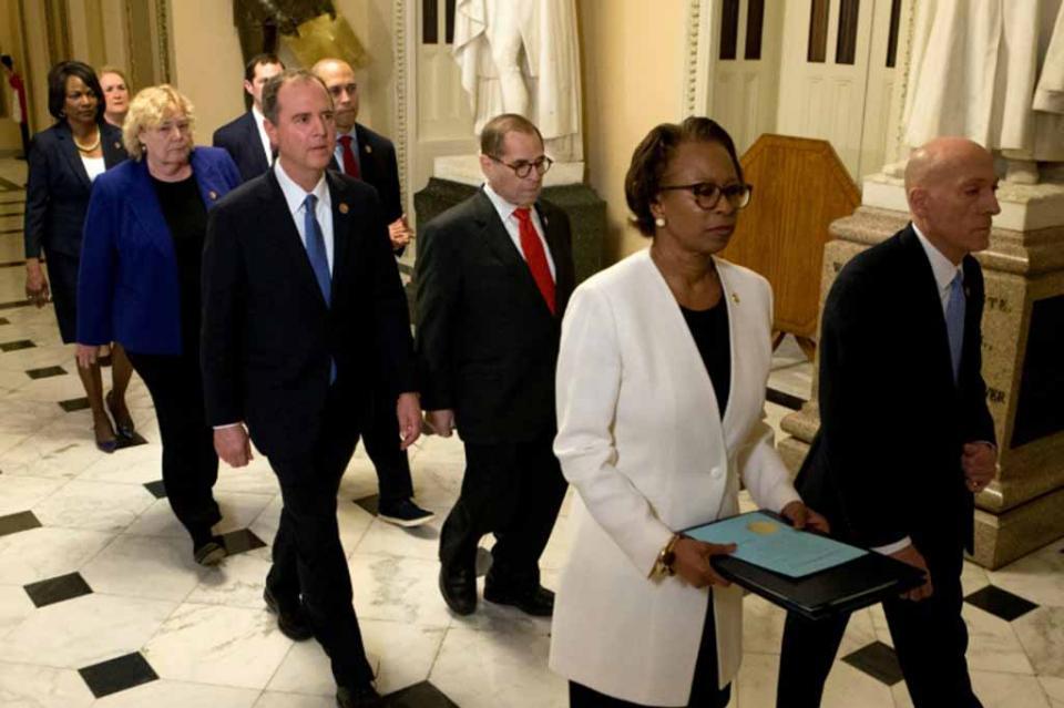 Senadores de EEUU prestan juramento para juicio de destitución contra Trump