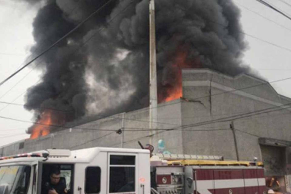 Reportan fuerte incendio en bodega de químicos de Monterrey