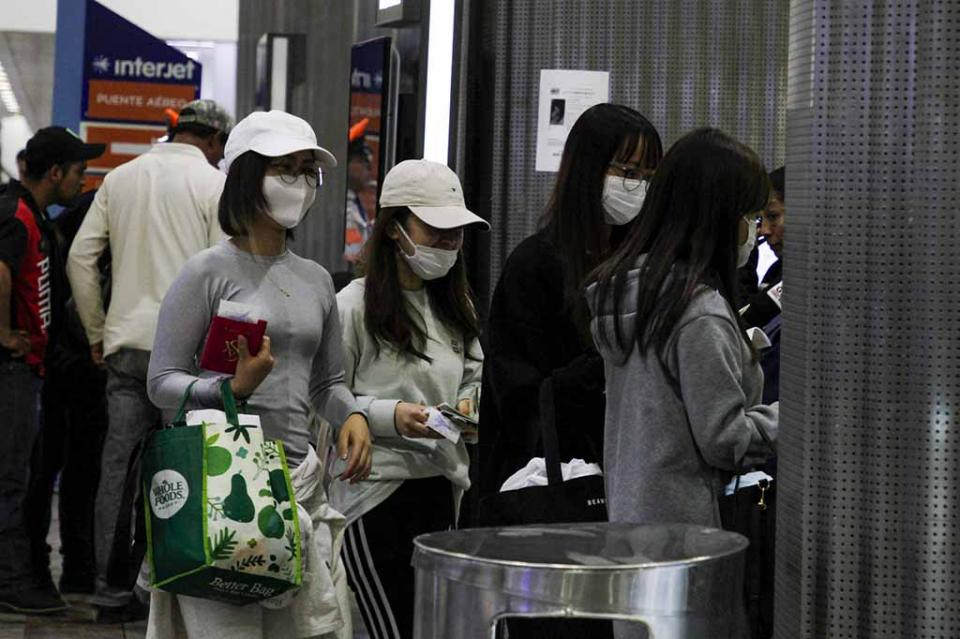 Padres abandonan a dos hijos en el aeropuerto por síntoma de coronavirus