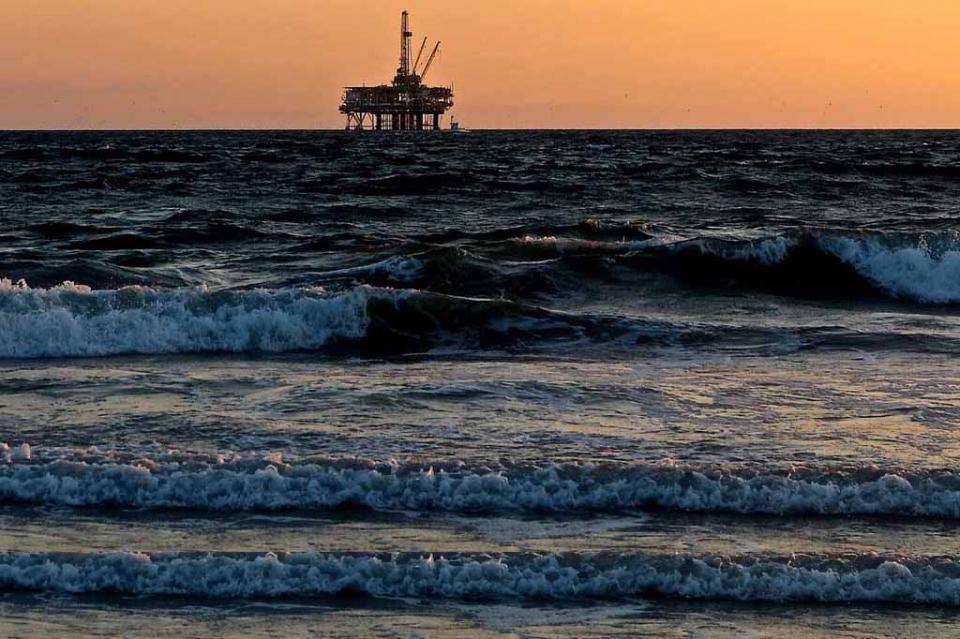 Trump provoca a Irán mientras precio del petróleo aumenta