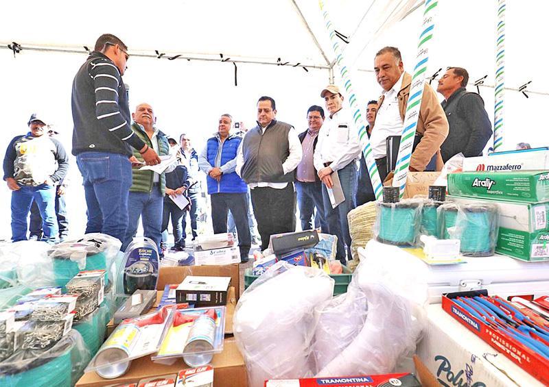 Entregan apoyos a productores pesqueros y acuícolas de La Paz