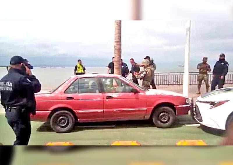 Roba vehículo, se da a la fuga, atropella a policía y termina por estrellarse en el Malecón