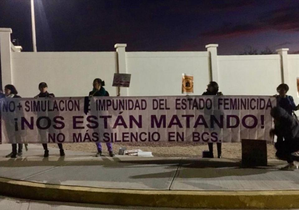 Manifestación contra los feminicidios antes de la mañanera en La Paz