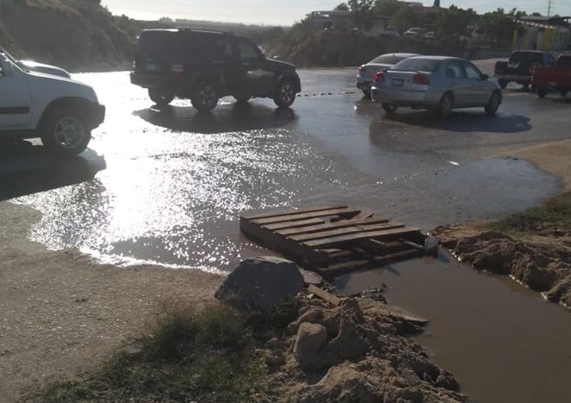 Denuncian vecinos de Lagunitas recurrente derrame de aguas negras en avenida Leona Vicario