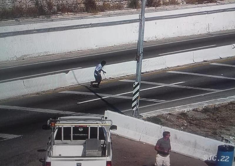 Persona pone en riesgo su vida cruzando la carretera federal.