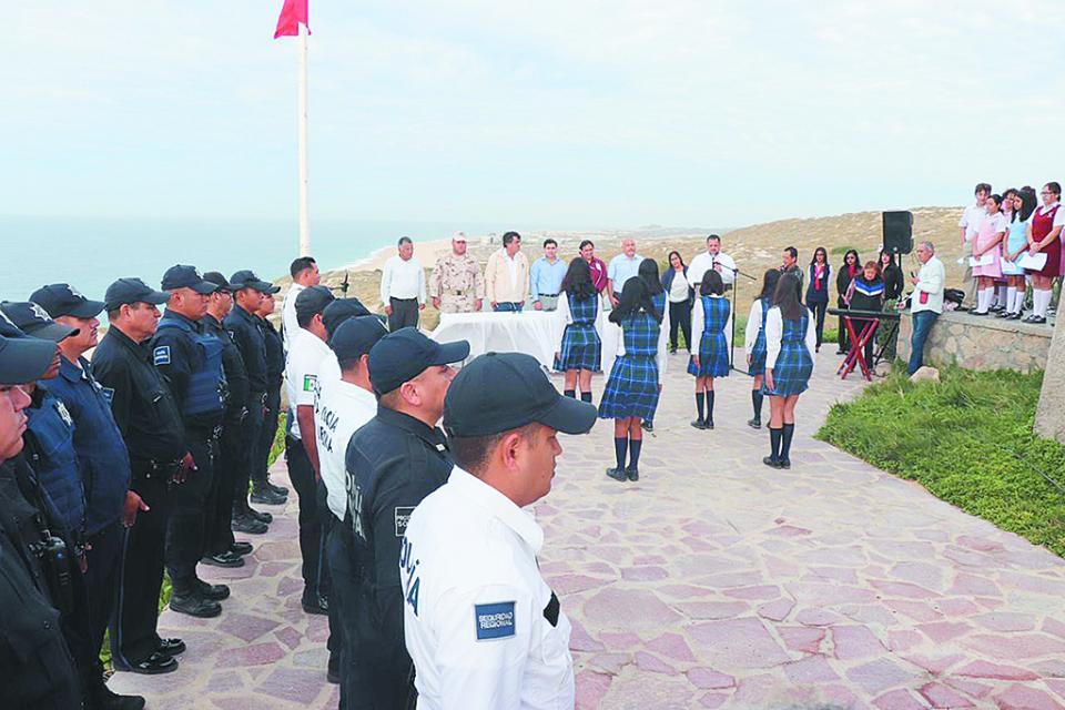 Conmemoran Día de la Bandera Nacional en el Faro Viejo de Cabo Falso