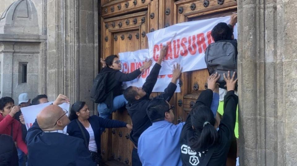 """""""Clausuran"""" Palacio Nacional por desabasto de medicamentos"""