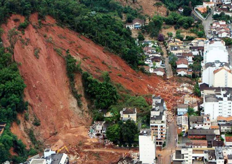 Tres muertos y seis desaparecidos por avalancha de lodo en Colombia