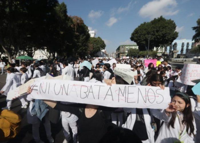 """""""Ni una bata menos"""": Protestan por asesinato de tres estudiantes de medicina y un chofer en Puebla"""