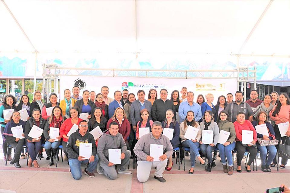 Entregan  65 plazas a personal de apoyo y asistencia a la educación: SEP