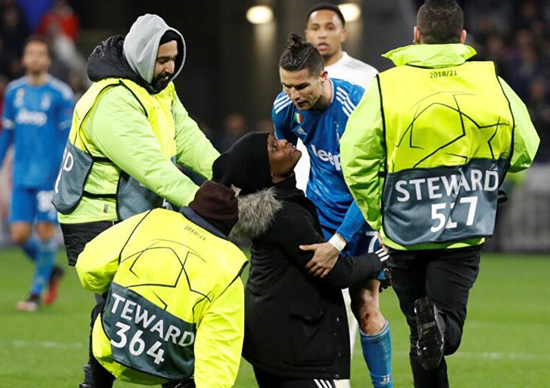 Ronaldo empuja a una mujer en pleno partido