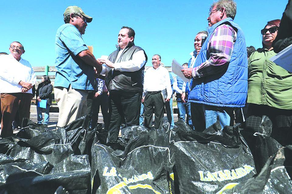 Entregan apoyos para actividades agropecuarias en La Paz