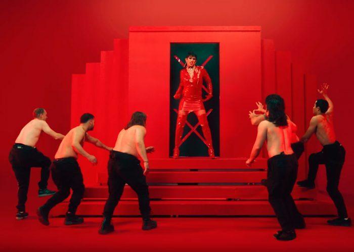 Bad Bunny se viste de mujer en su nuevo video