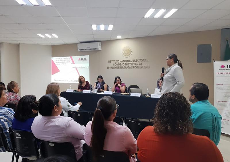 Comparten el papel de la mujer al frente del sector público y privado