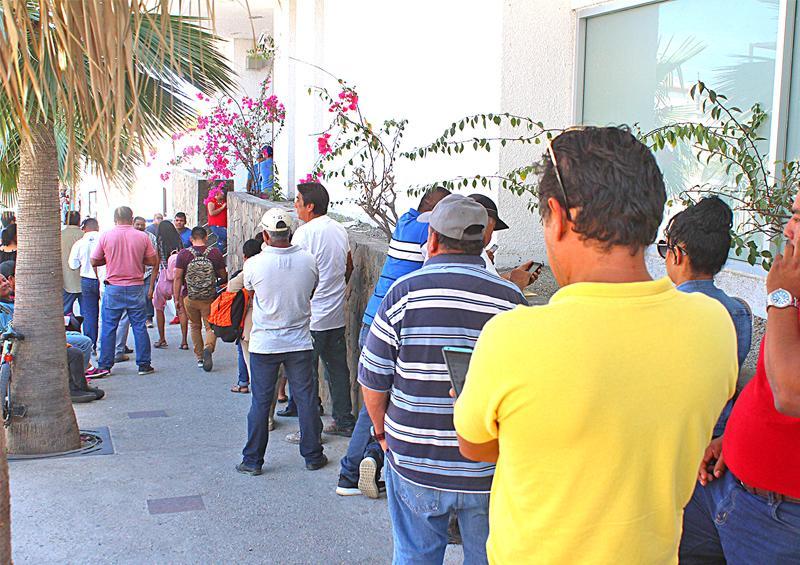 Aglomeración de usuarios en sucursales bancarias que permanecen abiertas