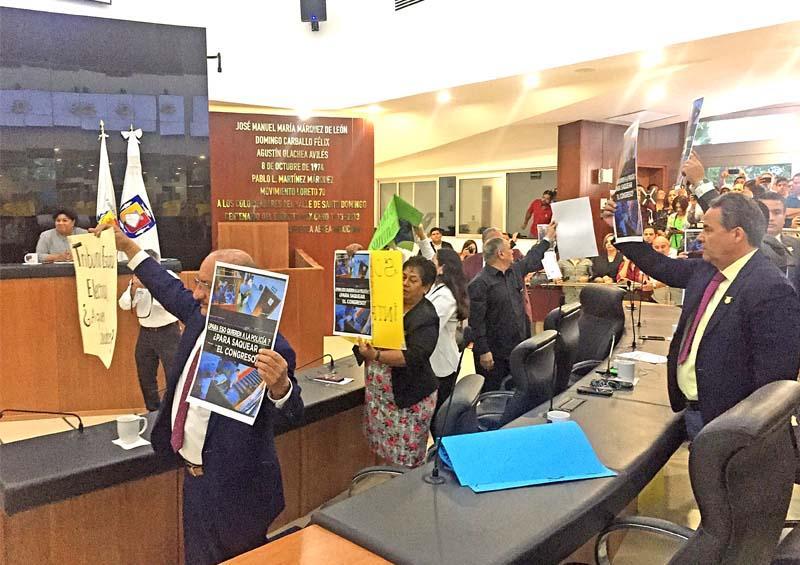 Instala Congreso Periodo Ordinario de Sesiones; Morena protesta pacíficamente