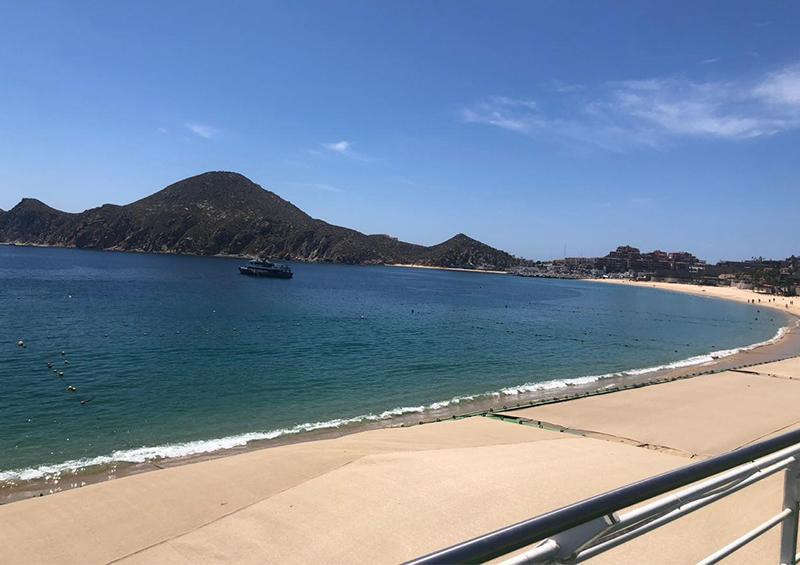 Vacía playa emblemática de Cabo San Lucas