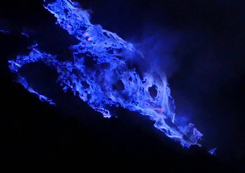 El volcán Kawah Ijen y su anillo de llamas azules