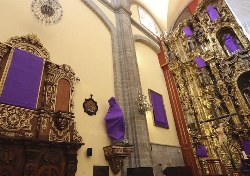 Se une al paro de mujeres una iglesia en CDMX, taparon imágenes de vírgenes y santas