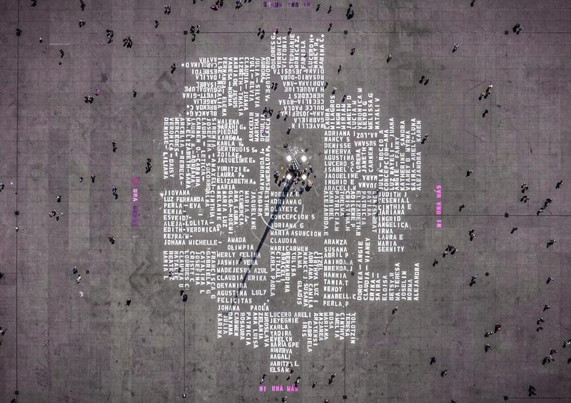Pintan nombres de víctimas de feminicidio en el Zócalo de CDMX