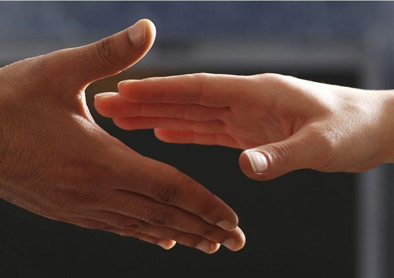 Ante coronavirus, SEP recomienda saludar con la mano en el corazón