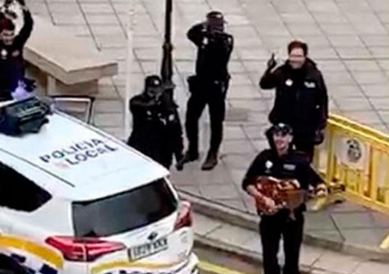 Quédate en casa: policías españoles bailan y cantan para los ciudadanos en cuarentena