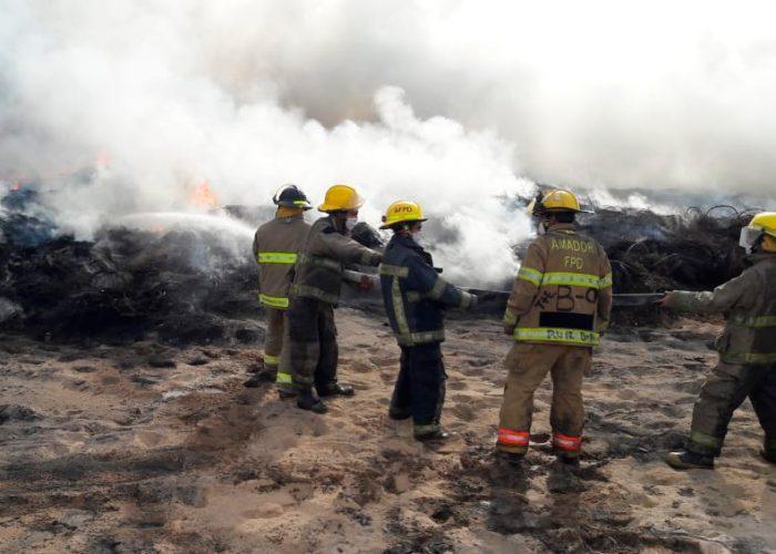Se queman miles de llantas, incendio sigue sin ser controlado
