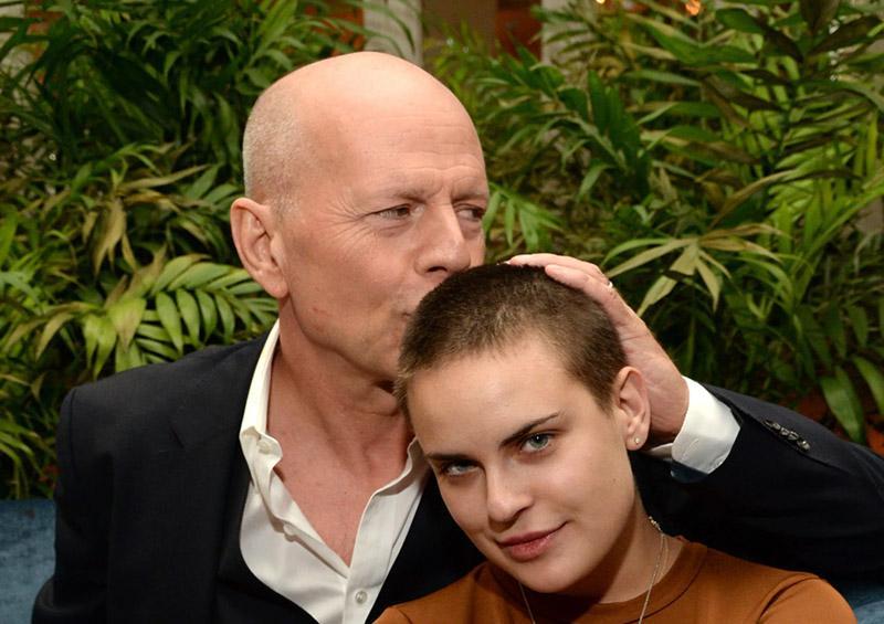 Bruce Willis le rapa la cabeza a su hija
