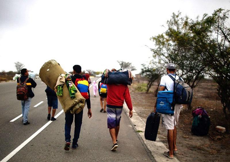Más de 400 migrantes dejan México; buscan asilo en EU