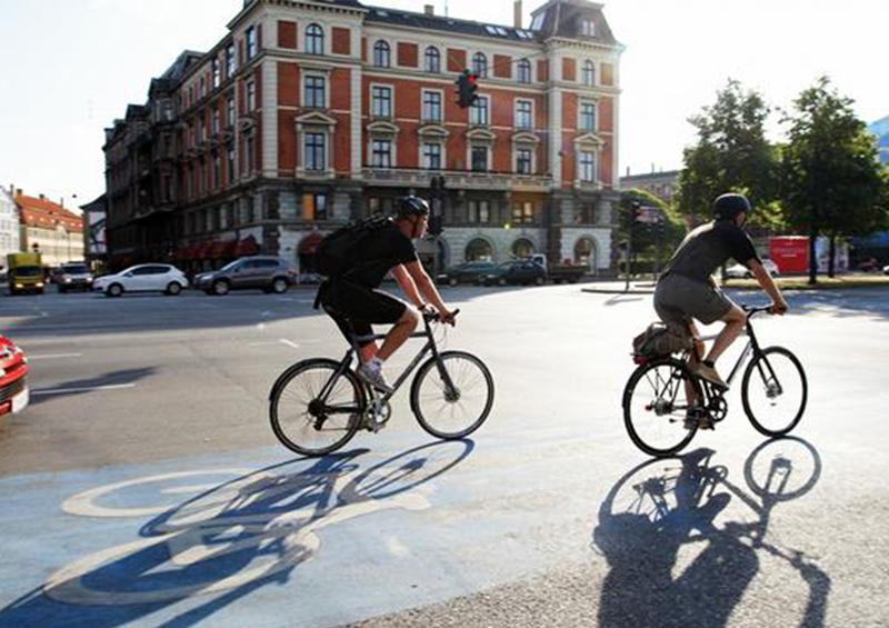 Ministro de Salud español pide usar bicicleta, no transporte público