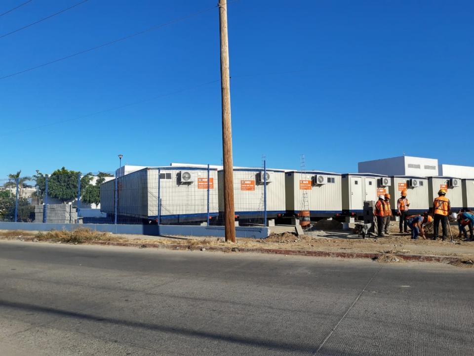 Instalan unidades para hospital móvil que atenderá a pacientes de Covid-19
