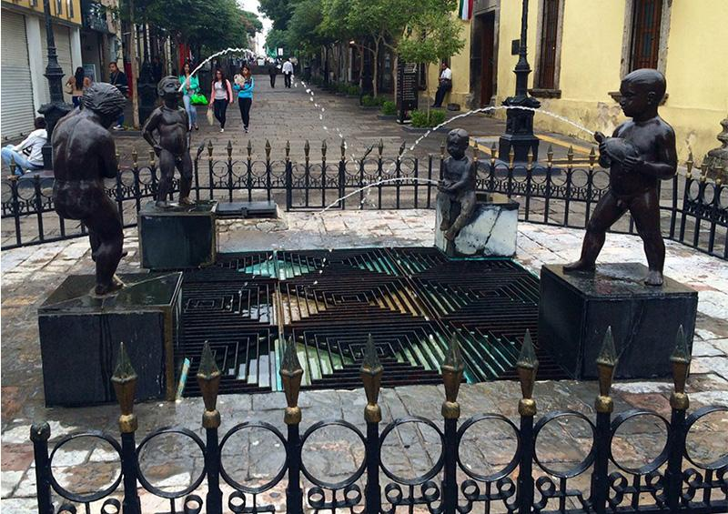Roban escultura de punto turístico en el centro de Guadalajara