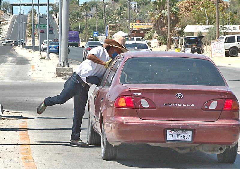 De trabajar en la obra, pasó a limpiar carros para sacar un poco de dinero por pandemia del Covid-19