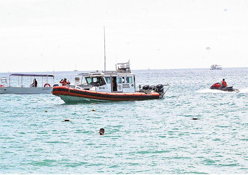 Rescatan elementos de la Marina a dos pescadores en zona rocosa de CSL