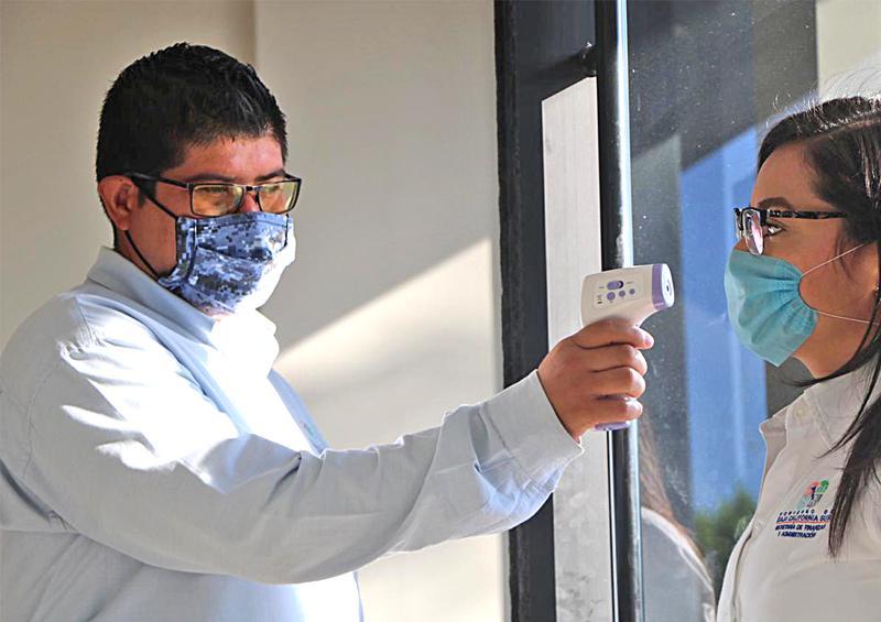 Instalan kits sanitarios y desinfectan 140 inmuebles