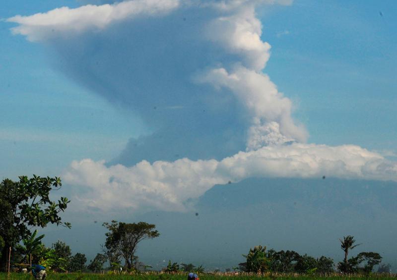 Uno de los volcanes más activos de Indonesia entra en erupción