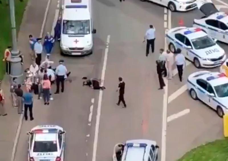 Hombre abre fuego contra policías en Moscú y desata tiroteo