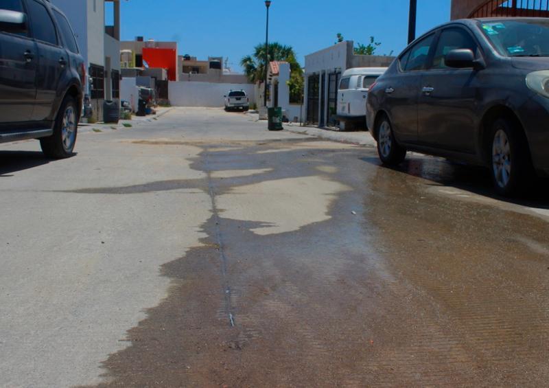 Derrame de agua sobre calle La Laja en fraccionamiento Monte Real