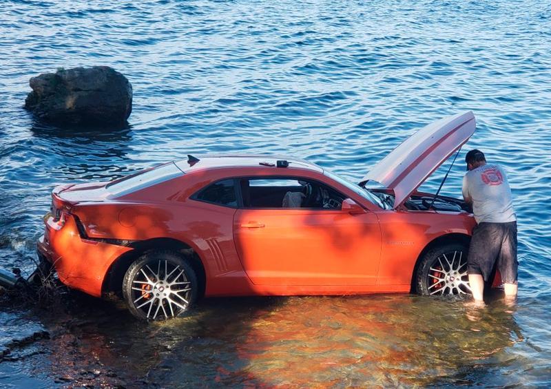 Jugador de NFL conduce ebrio y cae con su coche a un lago