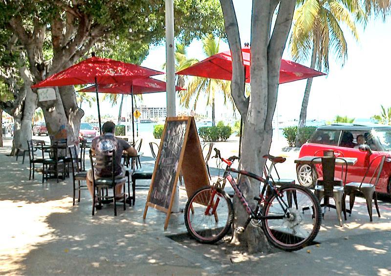 Restaurantes en La Paz inician con servicio en sus comedores