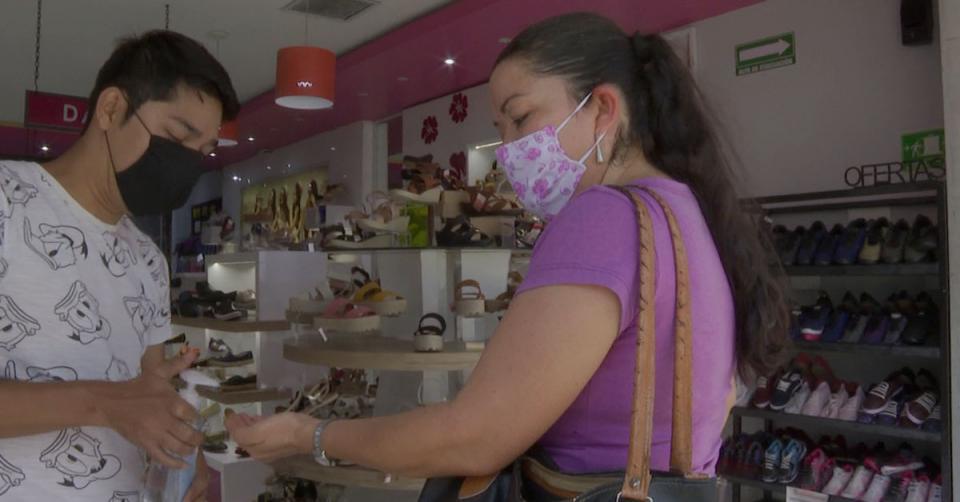 personas usando cubrebocas en una tienda