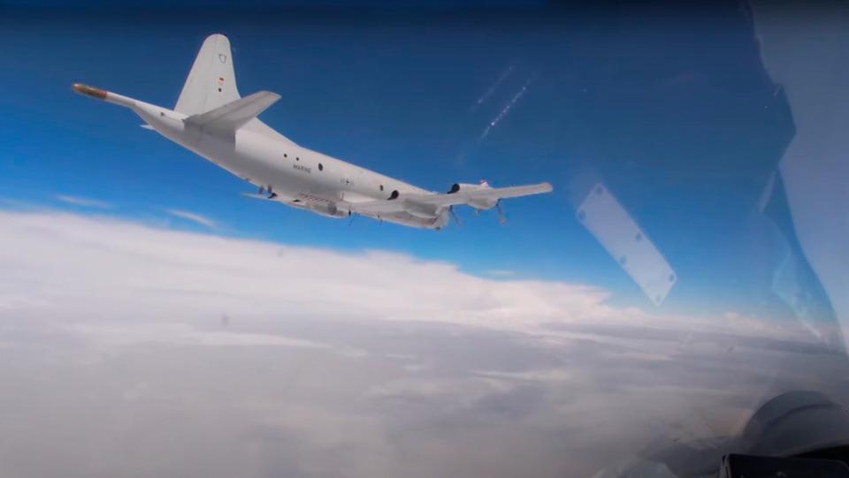 Cazas Su-27 rusos interceptan y escoltan a bombarderos de EE.UU.